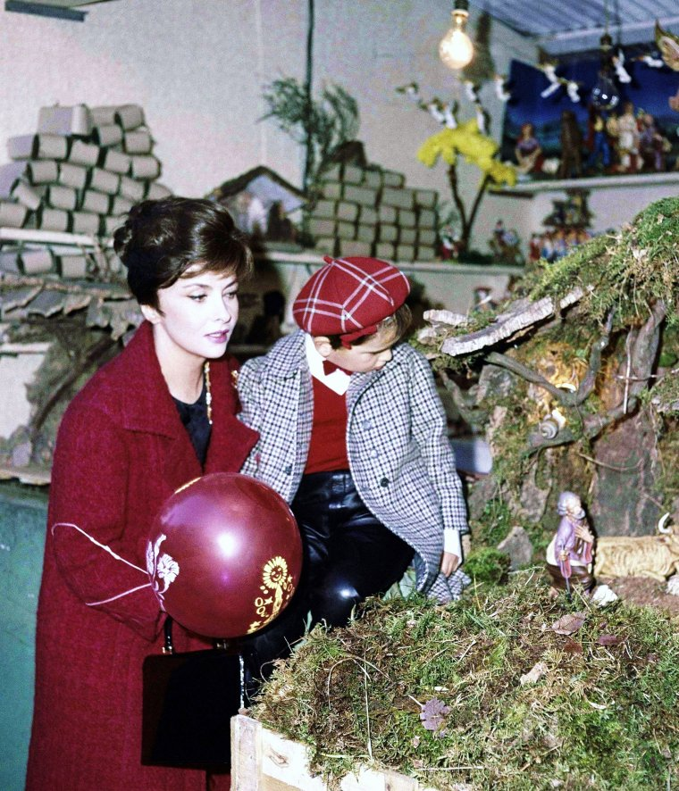 Nouvelles photos de nos STARS aussi mamans... (de haut en bas) Jayne MANSFIELD / Gina LOLLOBRIGIDA / Brigitte BARDOT / Janet LEIGH / Joan BENNETT / Joan CRAWFORD / Sophia LOREN / Judy GARLAND