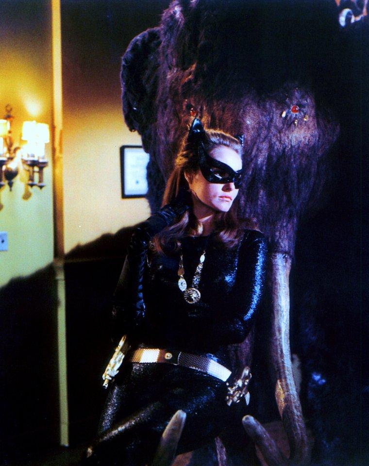 """Julie NEWMAR sort ses griffes en incarnant Catwoman dans la série télévisée """"Batman"""" / """"Batman"""" est une série télévisée américaine, en 120 épisodes de 25 minutes, créée par William DOZIER d'après le comic éponyme de Bob KANE, et diffusée entre le 12 janvier 1966 et le 14 mars 1968 sur A.B.C. En France, la série a été diffusée à partir du 29 avril 1967 sur la 2ème chaîne de l'O.R.T.F. et rediffusée à partir de 1984 sur Canal+ puis à partir du 8 juillet 1989 sur FR3 dans l'émission """"Samdynamite""""."""