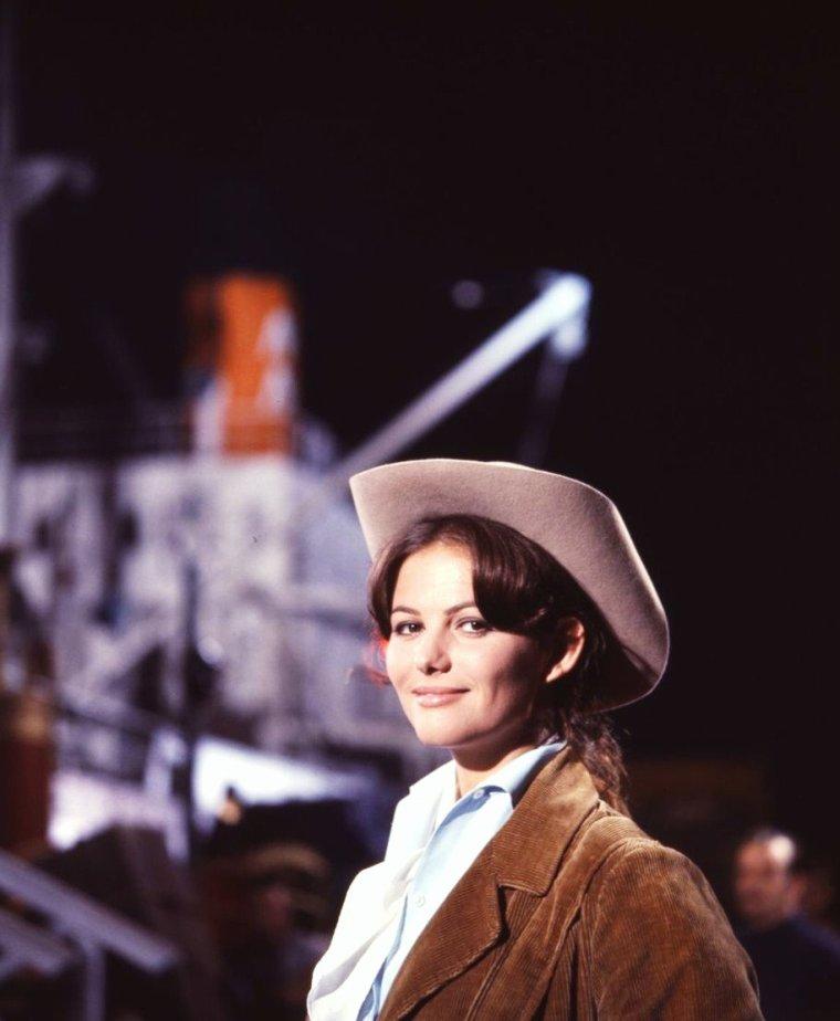 """Quand les STARS portent un STETSON... / STETSON est une marque de chapeau et plus généralement de couvre-chef connu pour ses chapeaux de cow-boy. Dans le langage courant un chapeau de cow-boy peut être appelé un « STETSON » alors même qu'il n'est pas de cette marque. Le STETSON historique est un chapeau souvent en feutre avec des bords très larges afin de protéger du soleil les yeux de celui qui le porte. La manière d'en relever les bords comme l'acteur James DEAN dans le film """"Géant"""" était jugée comme particulièrement provocante à l'époque. Il a été inventé par l'américain John B. STETSON dans les années 1860. Il a d'abord été vendu en 1865 à Central City (Colorado) sous le nom de """"Boss of the Plains"""", plus tard il a été appelé STETSON par référence à son inventeur. Il a d'abord été utilisé par les cow-boys, chez qui il avait été popularisé par une tournée de Buffalo BILL. (de haut en bas) Peggy O'CONNOR / Claudia CARDINALE / Cyd CHARISSE / Jane FONDA / Elizabeth TAYLOR / Marilyn MONROE / Dale EVANS / Millie PERKINS"""