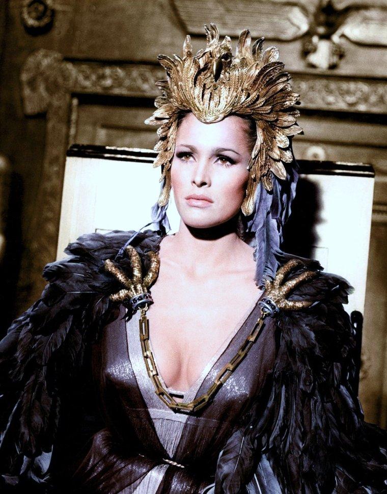 """1965 / Ursula ANDRESS est Ayesha dans le film """"La déesse de feu"""" (She)."""