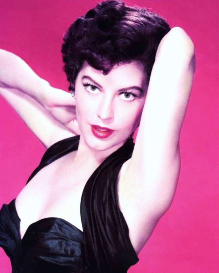 """HOMMAGE / Une anti-Marilyn. Ava GARDNER collectionna les chefs-d'½uvre par inadvertance. À l'instinct. Du fabuleux """"Pandora"""" à """"La Comtesse aux pieds nus"""", de """"Mogambo"""" aux """"55 jours de Pékin"""", en passant par """"Les Neiges du Kilimandjaro"""" bien sûr """"La nuit de l'iguane"""", en 1964, celle qui fut surnommée «le plus bel animal du monde » traversa l'histoire du cinéma américain comme un feu de prairie. Grace KELLY, qui l'aimait beaucoup, dira d'elle: «Ava est une des actrices les plus intéressantes de Hollywood, car, outre son talent, elle a toujours rejeté le système. » La dernière star hollywoodienne ? Non. Mais celle qui donna à des générations entières d'adolescents l'envie d'ouvrir la boîte de Pandore."""