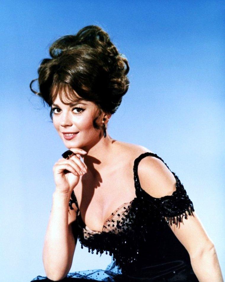 """1965 / Natalie WOOD est Maggie, dans le film très drôle de Blake EDWARDS, """"La grande course autour du monde""""... On trouvera dans cette comédie burlesque, une pleiade d'acteurs comiques tels, Tony CURTIS, Jack LEMMON, Dorothy PROVINE, Peter FALK, Ross MARTIN ou encore Arthur O'CONNELL..."""