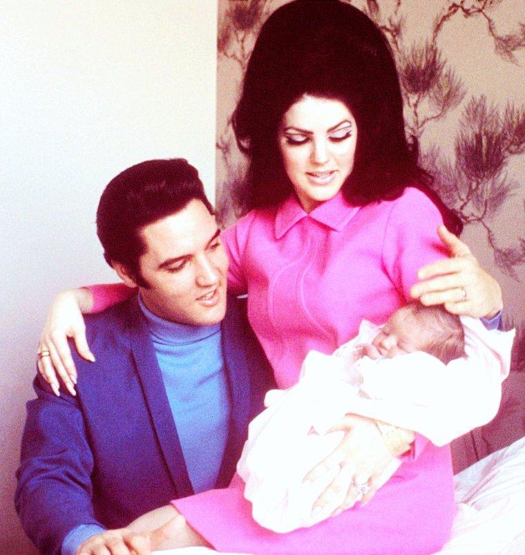 """COUPLE de LEGENDE : Elvis PRESLEY et Priscilla / C'est à Bad Nauheim (Allemagne) où Paul BEAULIEU était affecté, que Priscilla fit la rencontre d'Elvis PRESLEY en 1959. Elle avait 14 ans. En 1966, quelque temps avant Noël, Elvis et Priscilla se sont fiancés. Le 1er mai 1967, elle épouse Elvis PRESLEY à l'hôtel Aladdin de Las Vegas. Ils ont eu une fille, Lisa Marie PRESLEY, née le 1er février 1968. Le couple s'est séparé le 23 février 1972 et ils divorcèrent le 9 octobre 1973. Plusieurs membres de la « Memphis Mafia » lui reprochent de trop s'accaparer le nom """"PRESLEY"""" car, selon eux, elle agit comme si elle était la veuve d'Elvis. Ce qui n'est pas le cas, car Priscilla et Elvis ont divorcé en 1972. Ils avaient, toutefois, une bonne relation de 1972 à 1977 / Priscilla PRESLEY, née Priscilla Ann WAGNER le 24 mai 1945 à Brooklyn (New York), est une actrice, mannequin et écrivaine américaine, unique épouse du chanteur Elvis PRESLEY."""