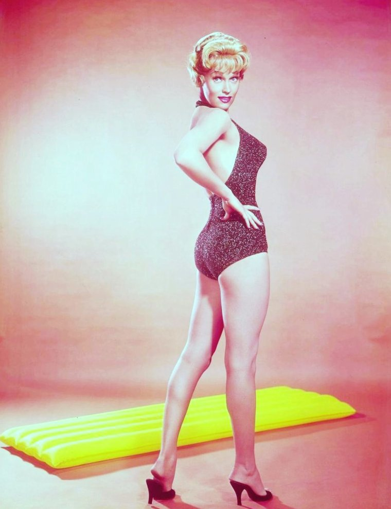 """Karen STEELE (née le 20 mars 1931 et morte le 12 mars 1988) est une actrice et mannequin américaine. Ses rôles les plus connus sont Virginia dans """"Marty"""" (1955), Mrs Lane dans """"La Chevauchée de la vengeance"""" (1959) et Eve McHuron dans """"Trois Femmes dans un vaisseau"""", épisode de la série """"Star Trek""""(aux côtés de Susan DENBERG et Maggie THRETT, photos) (1966)."""