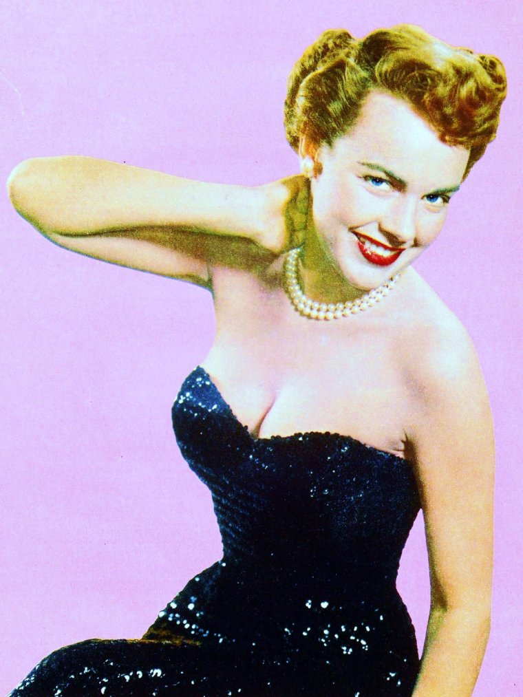 """BONUS photos... Terry MOORE / Elle fut connue sous divers autres pseudonymes Jan FORD, Judy FORD, ou sous son nom de baptême Helen (Luella) KOFORD. Elle fut nominée aux Oscars pour son rôle dans un succès de l'époque intitulé """"Reviens petite Sheba"""" (1953), produit par les studios Paramount Pictures. Après une longue période d'oubli, elle revint dans l'actualité au milieu des années 1970 en affirmant avoir secrètement épousé Howard HUGHES sur un yacht dans les eaux internationales du Mexique en 1949. Elle prétendit n'avoir jamais divorcé et réclama une part de la fortune du milliardaire après son décès en 1976. Ses réclamations aboutirent en 1984 lorsqu'elle obtint le versement d'une indemnité par le """"Trust HUGHES"""" chargé de gérer l'héritage du magnat. Les termes de l'accord restant secrets, on ignore le montant de la somme qui lui fut versée en échange de l'abandon de toutes poursuites judiciaires."""