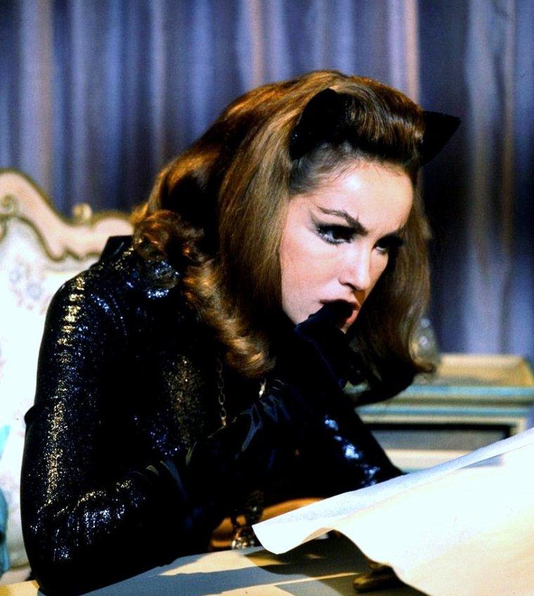 """1966 / Lee MERIWETHER incarne Catwoman dans le film """"Batman"""", ainsi que le Dr Ann McGREGOR dans la série """"Aucoeur du temps"""", toujours la même année ; au même moment, c'est Julie NEWMAR qui prête ses traits à la célèbre femme-chat dans la série T.V. """"Batman"""" en 1966-67 (voir TAG julie NEWMAR)."""