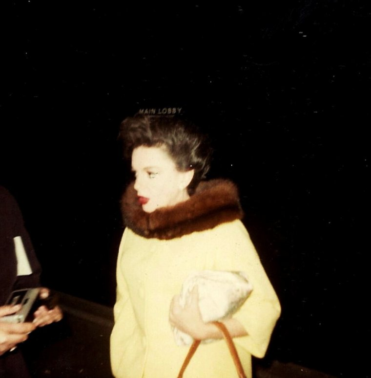 L'arrivée d'une STAR, un grand moment... (de haut en bas) Audrey HEPBURN / Gina LOLLOBRIGIDA / Elizabeth TAYLOR / Lauren BACALL and Marilyn MONROE / Judy GARLAND / Debbie REYNOLDS / Sophia LOREN / Gloria SWANSON (1946)
