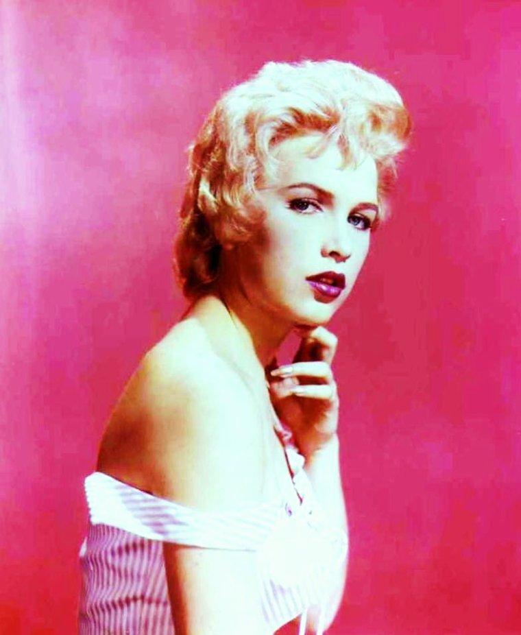 """Stella STEVENS / Sans être un clone de Marilyn MONROE, Stella STEVENS (de son vrai nom Estelle Caro EGGLESTON) relève d'abord du cliché de la blonde vaporeuse et écervelée - dont elle s'amuse dirigée par Jerry LEWIS dans un de ses classiques -, """"vamp pour rire"""" et """"mauvaise fille au bon c½ur"""". Elle apparaît comme une des mieux placées et douées dans le peloton des jeunes espoirs grâce au film """"Li'l Abner"""" en 1959. Elle pose nue pour le magazine """"Playboy"""" en tant que « Miss Janvier 1960 ». Mais au fil de cinq décennies (pour le moment !) elle a surtout démontré qu'elle était une actrice physique (le western et le thriller lui conviennent à merveille), d'un fort tempérament (la comédie également), capable de se mesurer aux plus grands du cinéma américain (Dean MARTIN, Robert MITCHUM), travaillant avec Robert ALTMAN, John CASSAVETES, Vincente MINNELLI, Robert PARRISH, Richard QUINE, Jack SMIGHT, Dan CURTIS..."""