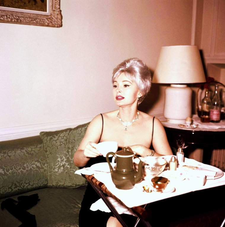 At home with... Audrey HEPBURN / Marilyn MONROE / Ava GARDNER / Sophia LOREN / Zsa Zsa GABOR / Elizabeth TAYLOR / June HAVER / Joan CRAWFORD