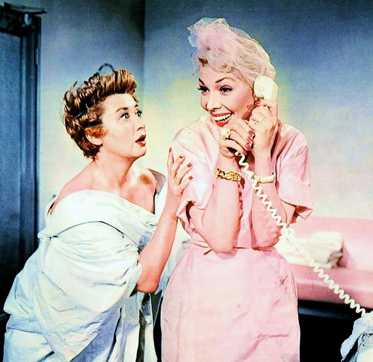 """Petits potins entre femmes""... (de haut en bas) Veronica LAKE and Joan CAULFIELD / Audrey HEPBURN and Dovima (model) / Barbara LANG and Cyd CHARISSE / Betty GRABLE and June HAVER / Claudette COLBERT (à dr.) / Dolores GRAY (à dr.) / Ginger ROGERS (à g.) / Betty GRABLE, Lauren BACALL and Marilyn MONROE"