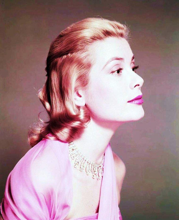 SYMBOLIQUE de la couleure rose : Traditionnellement, on considère que le rose serait la couleure des filles, par opposition au bleu qui serait la couleure attribuée aux garçons. Couleure féminine depuis les layettes, tutu et robes des petites filles, des blouses vichy des écolières jusqu'aux deshabillés et dessous plus ou moins sages, au rose Barbie contemporain / Le rose est une couleure qui symbolise l'ingénue, la candeur, la pureté mais aussi la séduction et la fidélité. C'est un symbole de la féminité, de la douceur, du romantisme et de l'amour sans le sexe ni l'égoïsme. Cette couleure a aussi un côté relaxant et peut représenter le plaisir de vivre, le bonheur et l'optimisme. Dans une période de complète réalisation on vit sur un petit nuage rose. / Le rose est la couleure de l'enfance et de la jeunesse : rose gourmandise avec les sucreries (dragée rose, rose guimauve, rose barbe à papa), rose buvard... (de haut en bas) Audrey HEPBURN / Carol LYNLEY / Anita EKBERG / Grace KELLY / Sally Ann HOWES / Jayne MANSFIELD (sa couleure préférée) / Natalie WOOD / Julie EGE