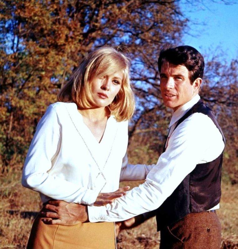 """1967 / Duo choc... Duo de charme... Faye DUNAWAY et Warren BEATTY dans le film """"Bonnie and Clyde"""" (paroles de la chanson de GAINSBOURG) / """"Bonnie And Clyde"""" : Vous avez lu l'histoire De Jesse James, Comment il vécut, Comment il est mort, Ca vous a plus hein, Vous en d'mandez encore, Et bien Ecoutez l'histoire De Bonnie and Clyde,  Alors voilà, Clyde a une petite amie, Elle est belle et son prénom C'est Bonnie, A eux deux ils forment Le gang Barrow, Leurs noms Bonnie Parker et Clyde Barrow,  Bonnie and Clyde Bonnie, and Clyde,  Moi lorsque j'ai connu Clyde Autrefois, C'était un gars loyal Honnête et droit, Il faut croire Que c'est la société, Qui m'a définitivement abîmé,  Bonnie and Clyde, Bonnie and Clyde,  Qu'est c' qu'on a pas écrit Sur elle et moi, On prétend que nous tuons De sang froid, C'est pas drôl' Mais on est bien obligé, De fair' tair' Celui qui s'met à gueuler,  Bonnie and Clyde, Bonnie and Clyde,  Chaqu'fois qu'un polic'man Se fait buter, Qu'un garage ou qu'un' banque Se fait braquer, Pour la polic' Ca ne fait pas d'myster, C'est signé Clyde Barrow Bonnie Parker,  Bonnie and Clyde, Bonnie and Clyde,  Maint'nant chaq'fois Qu'on essaie d'se ranger, De s'installer tranquill's Dans un meublé, Dans les trois jours Voilà le tac tac tac Des mitraillett's Qui revienn't à l'attaqu',  Bonnie and Clyde Bonnie,  Bonnie and Clyde,  Un de ces quatr' Nous tomberons ensemble, Moi j'm'en fous C'est pour Bonnie que je tremble, Qu'elle importanc' Qu'ils me fassent la peau Moi Bonnie Je tremble pour Clyde Barrow,  Bonnie and Clyde, Bonnie and Clyde,  D'tout' façon Ils n'pouvaient plus s'en sortir, La seule solution C'était mourir, Mais plus d'un les a suivis En enfer, Quand sont morts Barrow et Bonnie Parker,  Bonnie and Clyde, Bonnie and Clyde..."""