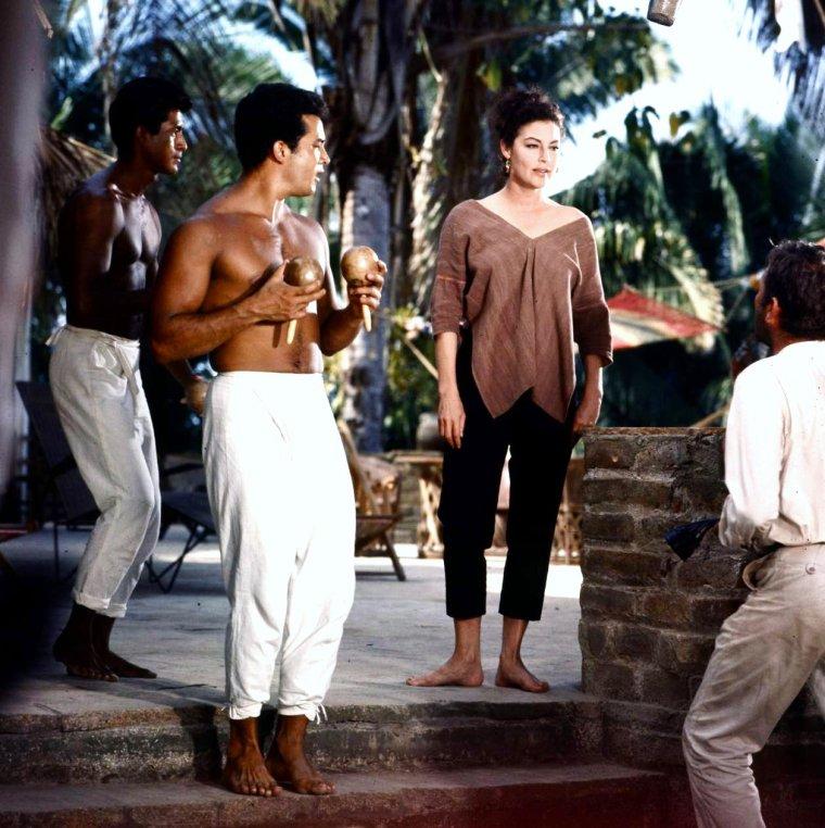 """1964 / FILM CULTE / Ava GARDNER et Richard BURTON sur le tournage du film """"La nuit de l'Iguane"""" de John HUSTON..."""
