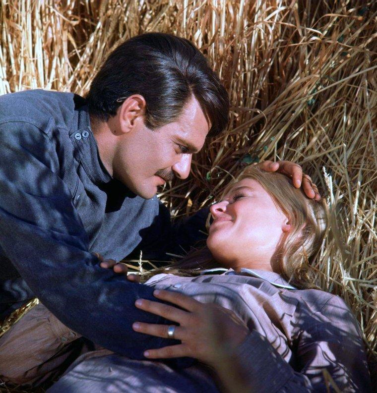 """FILM CULTE / 1965 / Quand Lara (Julie CHRISTIE) rencontre le Docteur JIVAGO (Omar SHARIF) / """"Le Docteur JIVAGO"""" (Doctor ZHIVAGO) est un mélodrame historique anglo-américain réalisé par David LEAN. Il est l'adaptation du roman éponyme de Boris PASTERNAK."""