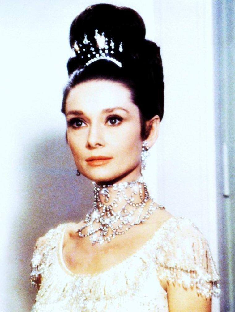 """Quand le photographe Cecil BEATON photographie les """"reines""""... (de haut en bas) Audrey HEPBURN (1963) / Twiggy LAWSON, actrice-modèle (1967) / Barbra STREISAND, chanteuse-actrice (1969) / Moira SHEARER, danseuse-actrice (1947) / Marilyn MONROE (1956) / Jean SHRIMPTON, modèle-actrice (1964) / La Reine des Reine, Elizabeth II, en 1968, dernier portrait de """"the queen"""" par le photographe."""