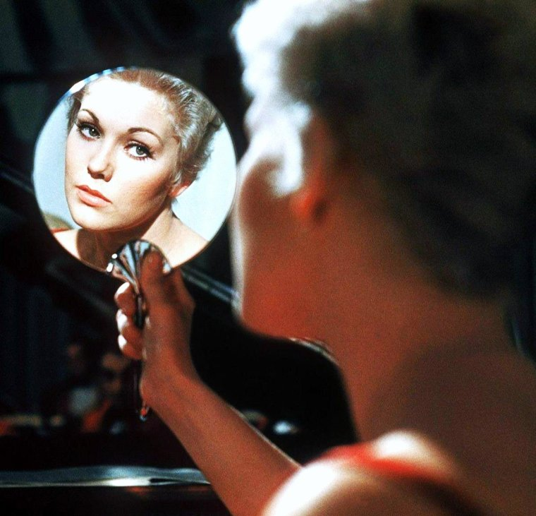 """CITATION / """"Faites-vous belle, c'est un devoir pour les femmes ; il est si doux de vous voir ; les femmes n'ont pas le droit de nous priver du bonheur de les admirer, elles n'ont pas le droit de ne pas être belles."""" Citation d'Alphonse KARR ; Une heure trop tard - 1833. (de haut en bas) June PREISSER / Betty GRABLE / Catherine DENEUVE / Elsa MARTINELLI / Kim NOVAK / Sophia LOREN / Ann MARGRET / Jayne MANSFIELD"""