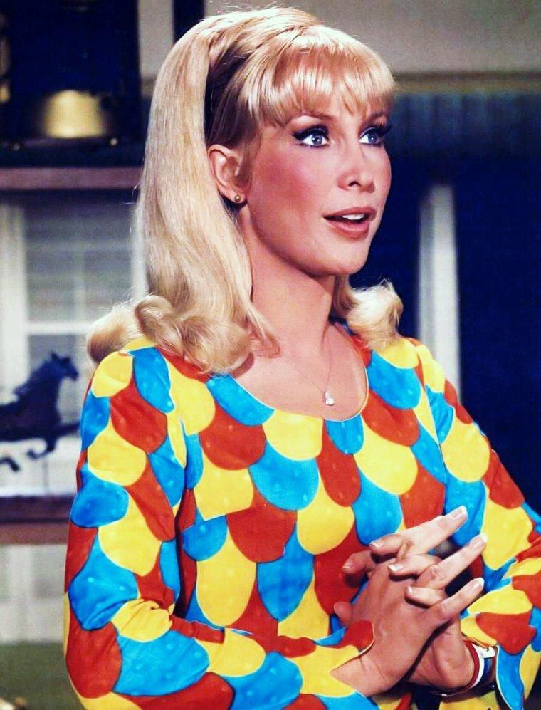 """HOMMAGE / Barbara EDEN incarne Jeannie aux côtés d'un jeune premier nommé Larry HAGMAN, décédé hier, samedi 24 Novembre 2012 / """"Jinny de mes rêves"""" (I Dream of Jeannie), (Jinny au Québec) est une série télévisée américaine en 139 épisodes de 26 minutes, dont 30 en noir et blanc, créée par Sidney SHELDON et diffusée entre le 18 septembre 1965 et le 26 mai 1970 sur le réseau NBC."""