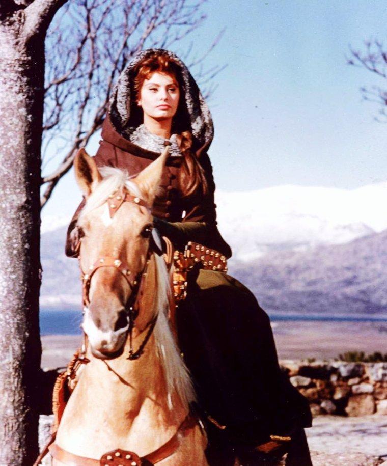"""CITATION / « Il y a quatre choses plus grandes que les autres : les femmes, les chevaux, le pouvoir et la guerre. » de Rudyard KIPLING / Extrait du """"La ballade du roi""""  (de haut en bas) Elizabeth TAYLOR / Jill St JOHN / Diana RIGG / Amanda BLAKE / Susannah YORK / Sophia LOREN / Ursula THIESS / Brigitte BARDOT"""