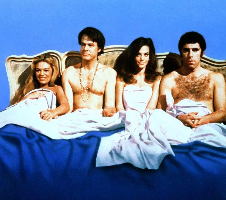 """FILM CULTE / 1969, """"année érotique"""", sort sur les écrans un film à l'époque interdit aux moins de 18 ans en France, """"Bob (Robert CULP) et Carole (Natalie WOOD) et Ted (Elliott GOULD) et Alice"""" (Dyan CANNON) / Synopsis / Un couple, Bob et Carol, après avoir passé un week-end dans une clinique spécialisée pour revigorer leur sexualité, est déterminé à mettre en pratique les principes d'amour libre et d'ouverture qu'ils ont appris. Leurs amis Ted et Alice hésitent entre et curiosité... (tout un programme)."""