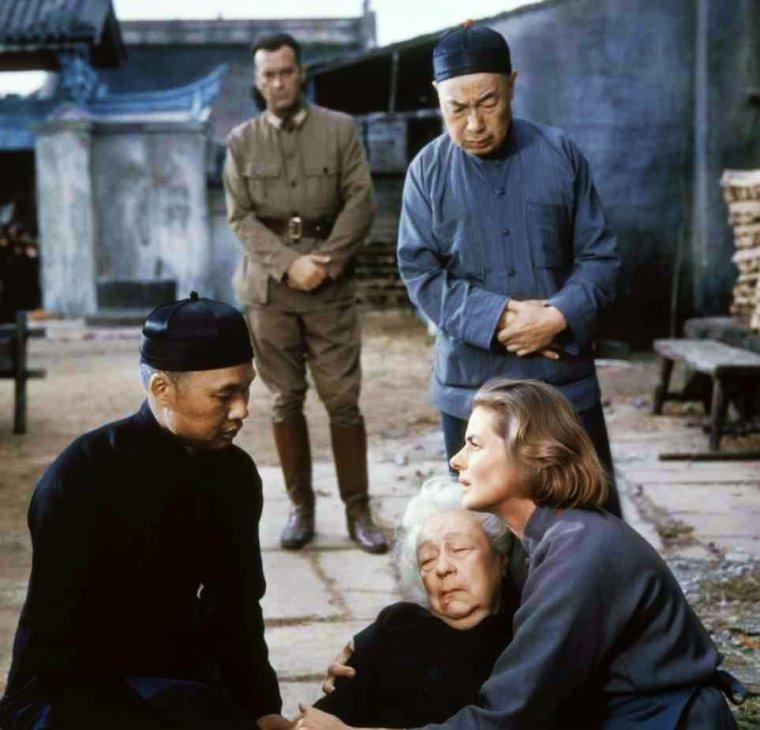 """1958 / Très beau film culte oublié avec Ingrid BERGMAN, """"L'auberge du sixième bonheur""""... / SYNOPSIS / Dans les années 1930, une jeune gouvernante britannique tente en vain d'être envoyée en Chine comme missionnaire. Elle travaille donc à Londres en économisant petit à petit pour se payer son billet de train vers la Chine. Grâce à son patron, elle est attendue dans une auberge tenue par une vieille missionnaire dans la campagne retirée du nord de la Chine. Arrivée là-bas, elle gagne le respect du mandarin et devient son inspecteur des pieds, pour surveiller que les pieds des petites filles ne soient plus bandés. Elle gagne même le respect d'un général eurasien méfiant envers les Européens, qui est surpris de voir que c'est maintenant la personne qui connaît le mieux les gens des villages reculés. Devant l'invasion japonaise, elle recueille les orphelins et entreprend un dangereux voyage avec cette foule d'enfants pour les amener en lieu sûr."""