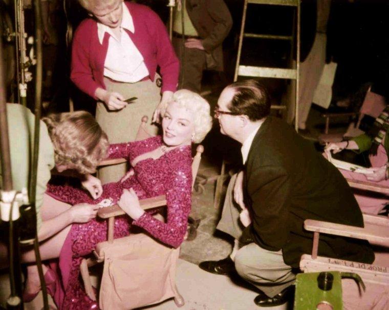 "Et toujours la rubrique ""On the set""... (de haut en bas) Brigitte BARDOT / Ava GARDNER / Marilyn MONROE / Ingrid BERGMAN / Barbara STANWYCK / Elizabeth TAYLOR / Gina LOLLOBRIGIDA / Sheree NORTH"