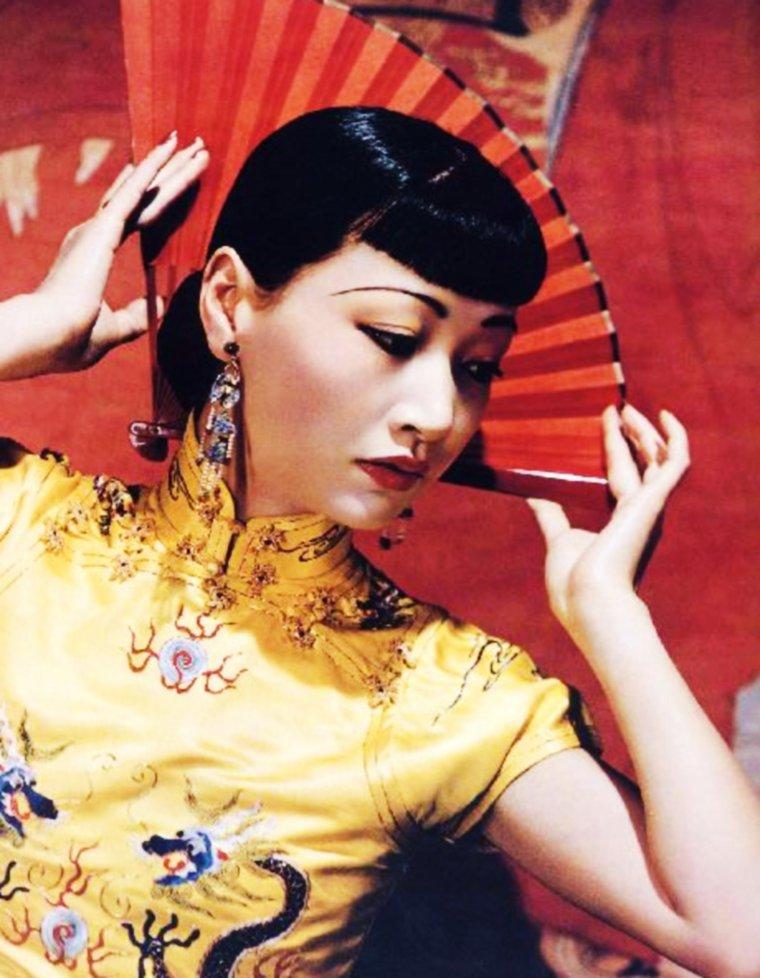 Anna May WONG est une actrice sino-américaine, née Wong Liu TSONG (chinois : 黃柳霜 ; pinyin : Huáng Liǔshuāng), le 3 janvier 1905 à Los Angeles (Californie), morte le 2 février 1961 à Santa Monica (Californie).