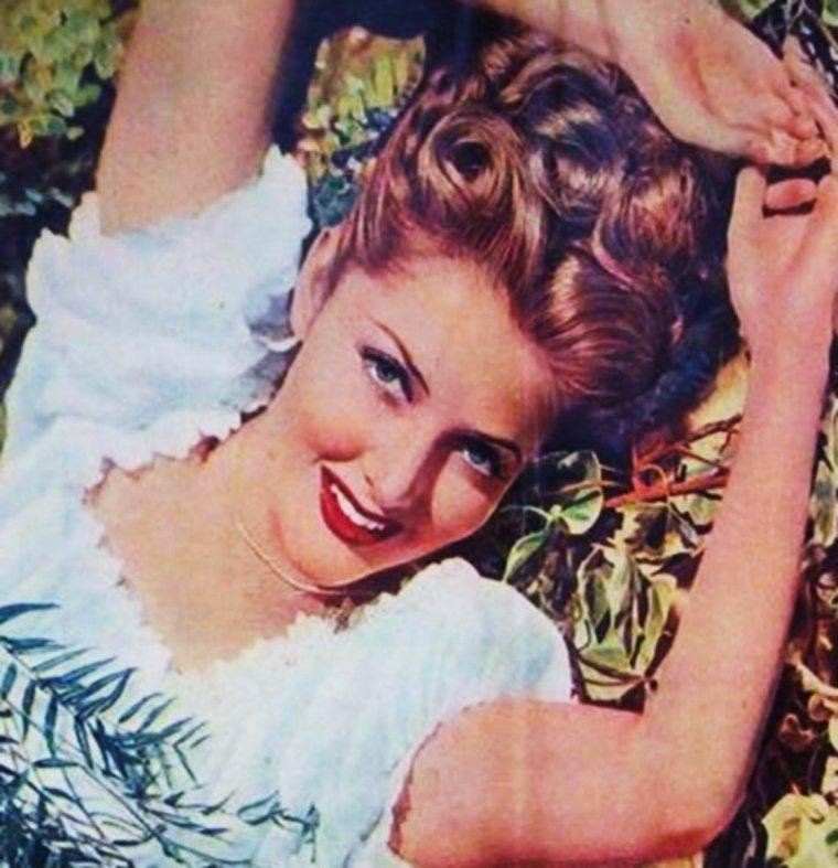"""MINI BIO / Martha VICKERS / Elle est née le 28 mai 1925 à Ann Arbor (Michigan) sous le nom de Martha MacVICAR (nom sous lequel elle est créditée dans ses premiers films) ; elle commence sa carrière comme modèle et cover girl. Elle fait sa première apparition au cinéma en 1942 dans """"Frankenstein contre le loup garou"""" mais poursuit une carrière de pin-up durant la Deuxième Guerre mondiale dans des magazines comme """"Yank : The Army Weekly"""". C'est dans """"Le Grand Sommeil"""" qu'elle est réellement révélée au grand public, dans un rôle qui n'est pas sans rapport avec sa carrière antérieure de pin up. Elle y incarne une ravageuse femme enfant qui ne peut s'empêcher de lancer « You're so cute » (Tu es tellement mignon) à tous les hommes qu'elle rencontre, tout en suçant son pouce. Elle a été mariée trois fois, son mari le plus célèbre fut Mickey ROONEY avec qui elle vécut de 1949 à 1951. Elle se retira du cinéma en 1960. Elle décède le 2 novembre 1971 d'un cancer de l'½sophage."""
