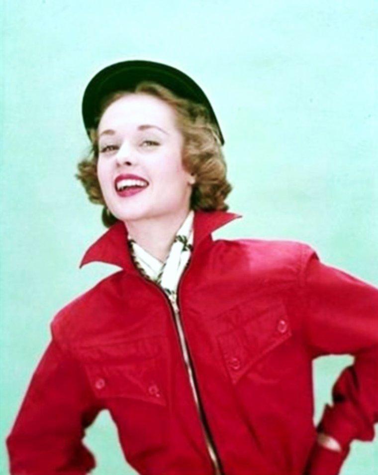 """Young model... Tippi HEDREN / À l'âge de 14 ans, alors qu'elle s'apprête à rentrer chez elle après une journée d'école, une femme l'interpelle et lui demande de devenir modèle pour son grand magasin """"Donaldson's"""". Ses parents acceptent et Tippi envisage alors sérieusement de poursuivre son avenir dans le monde de la mode. Pour cela, elle déménage en Californie puis à New York où Eileen FORD, la fondatrice de l'agence qui porte son nom, l'engage en tant que mannequin pour un salaire de 35 dollars de l'heure. Tippi HEDREN connaît le succès immédiat et est photographiée pour les couvertures de plusieurs magasines comme """"Cosmopolitan"""", """"Seventeen"""", """"Life"""" ou encore """"Collier's Weekly""""."""
