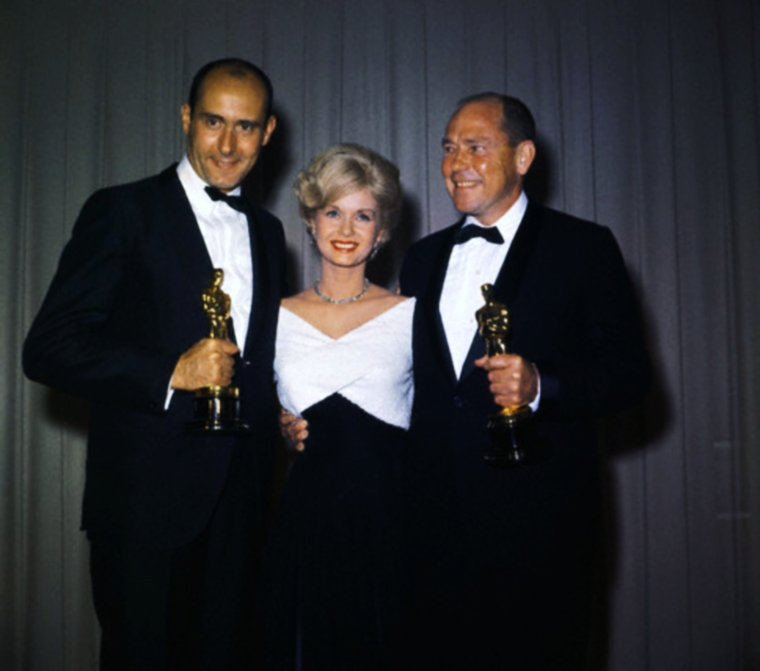 OSCARS and GOLDEN-GLOBE winners... (de haut en bas) Elizabeth TAYLOR and Mike TODD (1957) / Debbie REYNOLDS, Henry MANCINI and Johnny MERCER (1962) / Edith EVANS and Rita HAYWORTH (1964) / Marilyn MONROE and Rock HUDSON (1962) / Sandra DEE, Bobby DARIN and Harry SUKMAN (1961) / Shirley JONES and Peter USTINOV (1961) / Shelley WINTERS and Walter MATTHAU (1967)