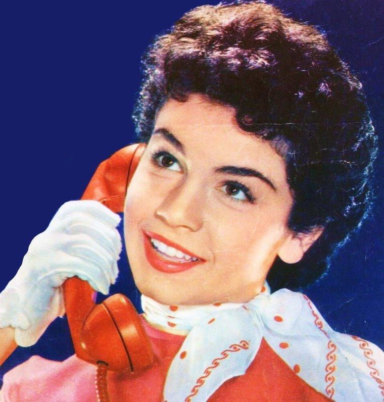 CITATION / « Le téléphone est la pire des commodités et le plus pratique des fléaux. » de Robert STAUGHTON LYND / de haut en bas / Elizabeth TAYLOR / Annette FUNICELLO / Barbara HALE / Doris DAY / Marilyn MONROE / Noël NEILL / Lee REMICK / Grace KELLY