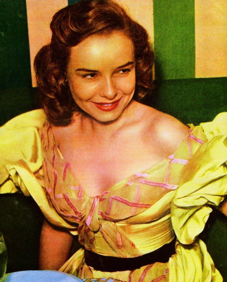 Envie de jaune, de soleil... Pour ceux qui sont proches de Cannes, Mandelieu La Napoule exactement, aura lieu comme chaque année en Février, la fête du mimosa, s'étalant sur dix jours, avec ses fameux corsos fleuris, entre autres... (de haut en bas) Audrey HEPBURN / Angie DICKINSON / Barbara STANWYCK / Anita EKBERG / Diana LYNN / Janet LEIGH / Marie MacDONALD / Marianne FAITHFULL