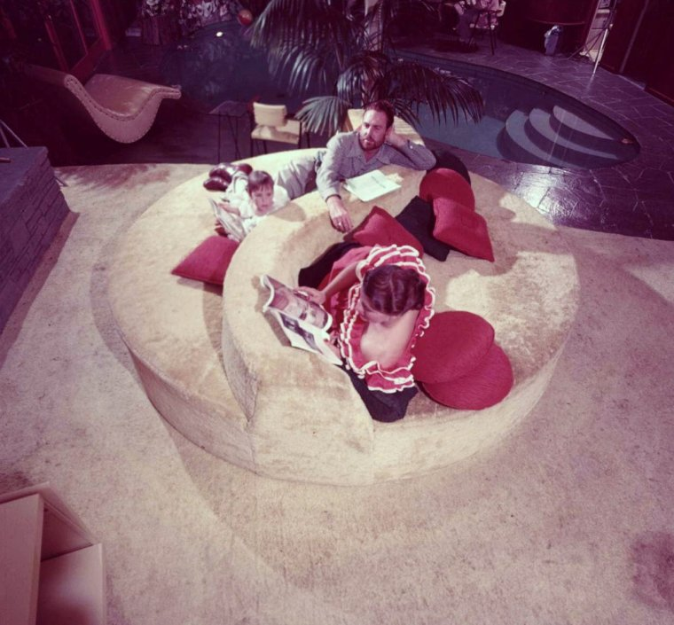 BONNE SOIREE à toutes et à tous !...  (de haut en bas) Linda CHRISTIAN en famille / Jeanne CARMEN / Joan COLLINS / Marilyn MAXWELL / Kim NOVAK / Brigitte BARDOT / Marilyn MONROE / Daniela BIANCHI et Sean CONNERY