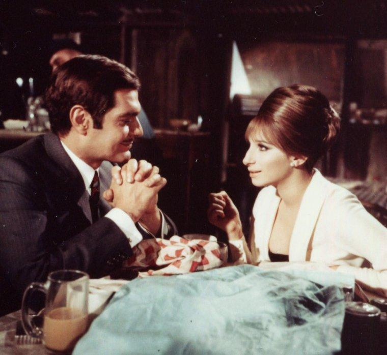 """1968 / Barbra STREISAND donne la réplique à Omar SHARIF, dans le film musical """"Funny-Girl"""" / """"Funny Girl"""" est un film musical américain de William WYLER sorti en 1968, basé sur la comédie musicale-éponyme d'Isobel LENNART, Bob MERRILL et Jule STYNE créée au """"Winter Garden Theatre"""" de Broadway en 1964 / SYNOPSIS / Biographie romancée de la comédienne américaine Fanny BRICE."""
