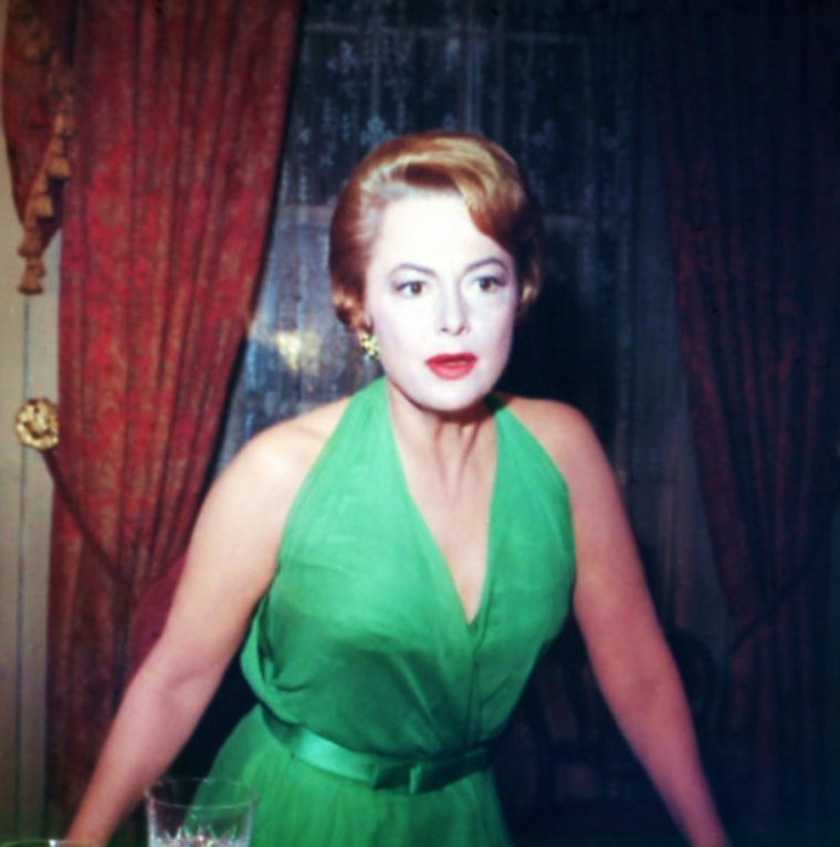 DEUX SOEURS / On alterne une photo de Joan FONTAINE, et une photo d'Olivia De HAVILLAND... On commence par Joan...