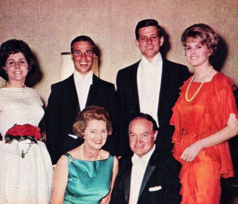 Nos STARS en famille... (de haut en bas) Jeanne CRAIN et Paul BROOKS (7 enfants) / Sophia LOREN et Carlo PONTI (2 enfants) / Janet LEIGH et Tony CURTIS (2 enfants) / Lucille BALL et Gary MORTON (aucun enfant, mais 2 enfants avec Desi ARNAZ) / Jayne MANSFIELD et Mickey HARGITAY (3 enfants) / Pier ANGELI et Vic DAMONE (1 enfant) / June ALLYSON et Dick POWELL (2 enfants) Dolores HOPE et Bob HOPE (4 enfants)