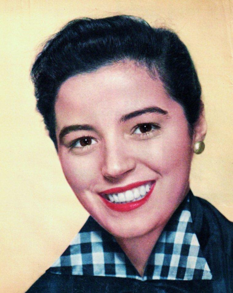 Marisa PAVAN née Maria Luisa PIERANGELI le 19 juin 1932 à Cagliari, Sardaigne, Italie, est une actrice italienne. Elle est la s½ur jumelle de l'actrice Pier ANGELI, morte à l'âge de 39 ans. Elle fut l'épouse du comédien Jean-Pierre AUMONT de 1956 à 1963 et de nouveau à partir de 1969. Avec lui, elle a eu deux fils : Jean-Claude (1957) et Patrick (1959) AUMONT. Elle a la double nationalité française et italienne. Elle préside depuis 2004 l'association Unis pour la recherche contre la maladie d'Alzheimer (URMA) et organise des soirées de gala chaque été pour collecter des fonds au profit de la recherche. Alain DELON, Sir Roger MOORE, Nana MOUSKOURI, Eddy MITCHELL, Marie LAFORET ou Jean-Claude BRIALY y ont participé tour à tour.