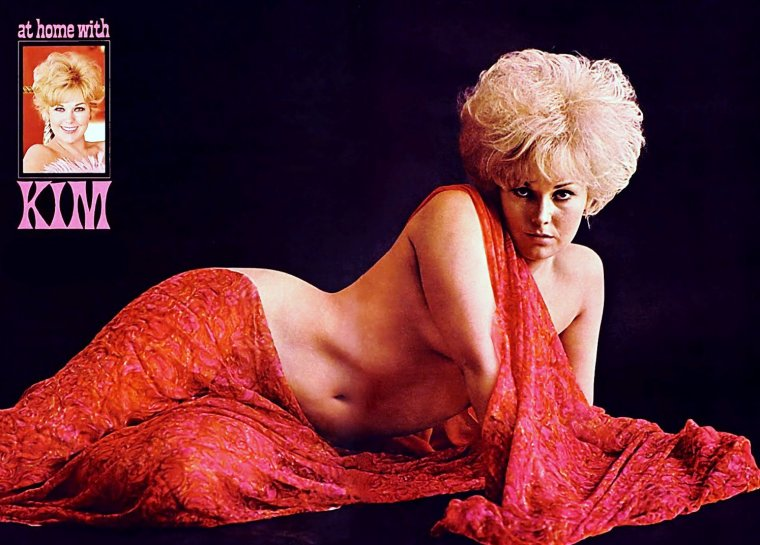 "1965 / AT HOME WITH Kim NOVAK / Quand la belle pose pour le magazine ""Playboy""..."