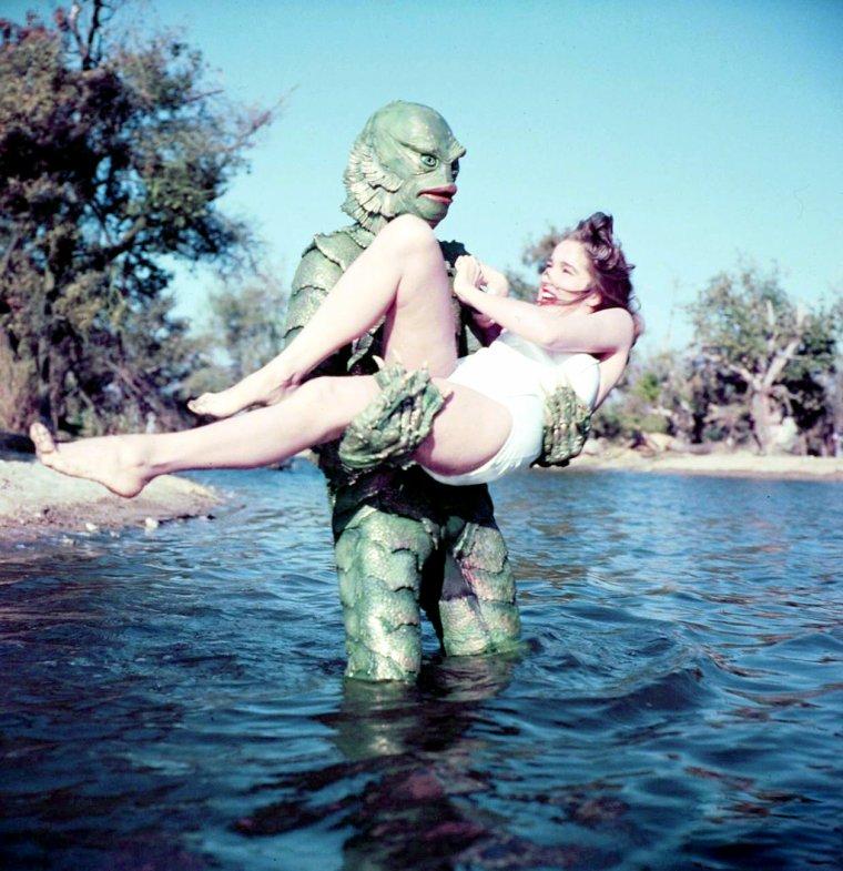 """1954, et déjà la 3 D... Quand Julie ADAMS se fait enlever par """"L'étrange créature du lac noir"""", film de Jack ARNOLD / Le film fut tourné pour être visionné en trois dimensions par procédé de lunettes polarisantes, mais fut principalement distribué dans une version pour anaglyphes, c'est-à-dire des lunettes à deux couleurs restituant un effet tridimensionnel moins bon. Contrairement à ce que l'on prétend, le film n'est pas le premier long-métrage utilisant les trois dimensions en noir et blanc. Deux ans auparavant, """"Bwana Devil"""" est sorti en trois dimensions et en couleur."""
