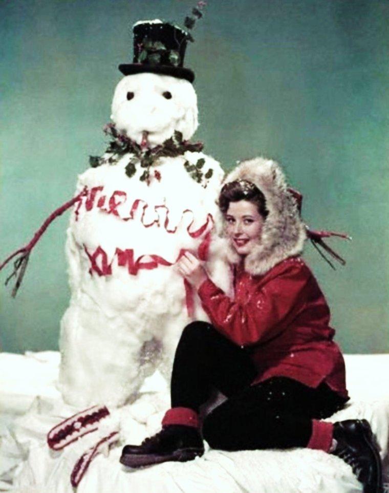 Il neige sur ma ville aujourd'hui... / CITATION / « Aimons la neige ! Sinon, nous risquerions de briser notre équilibre poétique et d'oublier notre condition humaine. » de Francis BOSSUS (de haut en bas) Olga San JUAN / Jean SIMMONS / Joan LESLIE / Carol BRUCE / Gloria De HAVEN / Dorothy MALONE / Ingrid PITT / Arlene DAHL