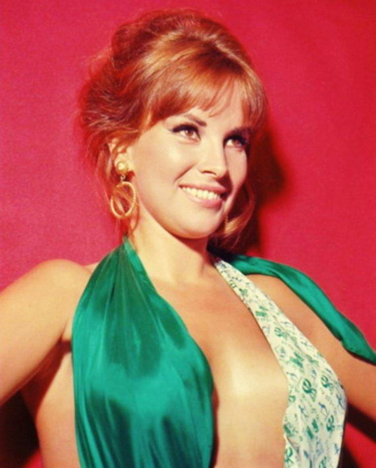 """RARE and SEXY Antonella LUALDI (part 2) / MINI-BIO (des années 40 aux années 60) / Après quelques essais au théâtre pendant cinq ans, elle commence dans un film musical """"Signorinella"""" (1949) ; puis la même année elle joue dans """"Canzoni per le strade"""". Elle est immédiatement considérée comme une star au rang de Lucia BOSE et de Gina LOLLOBRIGIDA. Dans les années 1950 elle participe à certains succès, tels """"Miracolo a Viggiù"""" (1951), """"Ha fatto 13"""" (1951), """"La cieca di Sorrento"""" (1952), """"È arrivato l'accordatore"""" (1952), """"Le manteau"""" (Il cappotto, 1952) d'Alberto LATTUADA et surtout """"Les Vitelloni"""" (1953) de Federico FELLINI sur le tournage duquel elle rencontre Franco INTERLENGHI, qu'elle épouse en 1955. De cette union naissent deux filles : Antonella INTERLENGHI, qui devient actrice à son tour, et Stella qui a participé au film """"Top Crack"""" (1967). Ils jouent tous deux dans plusieurs productions : """"Il più comico spettacolo del mondo"""" (1953), """"Pietà per chi cade"""" (1954) et """"Gli innamorati"""" (1955). Elle travaille aussi sans son époux : """"A Parigi in vacanza"""" (1957), """"Pères et fils"""" (Padri e figli, 1957) de Mario MONICELLI, """"Il colore della pelle"""" (1959), """"I delfini"""" (1960), """"Appuntamento ad Ischia"""" (1960), """"Le désordre"""" (Il disordine, 1962) avec Alida VALLI. Elle joue """"Gli imbroglioni"""" (1963), """"Se permettete parliamo di donne"""" d'Ettore SCOLA (1964) avec Vittorio GASSMAN, """"Comizi d'amore"""" (1965) de Pier Paolo PASOLINI, """"Made in Italy"""" (1965) de Nanni LOY..."""