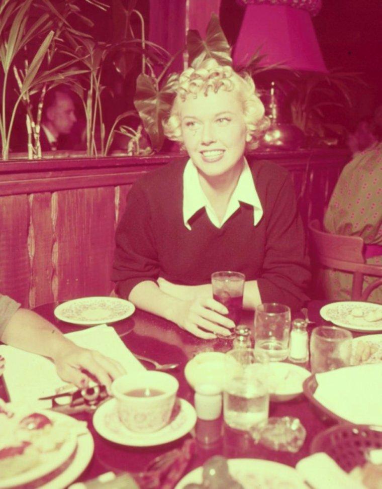 L'heure de déjeuner... BON APPETIT à toutes et à tous ! (avec Doris DAY).