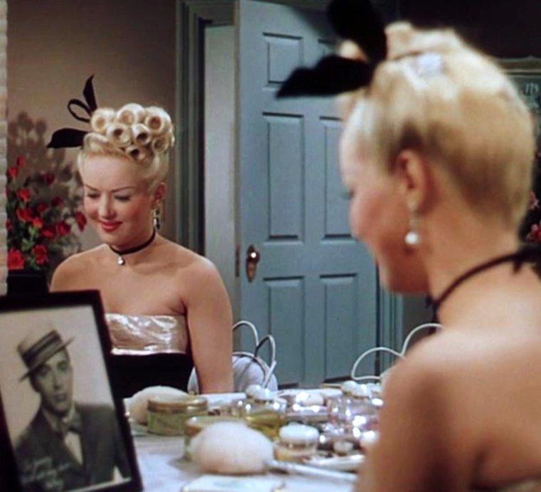 """1945 / Les deux jolies blondes, Betty GRABLE et June HAVER, se partagent la vedette dans le film """"The Dolly sisters"""" d'Irving CUMMINGS... (screens)"""