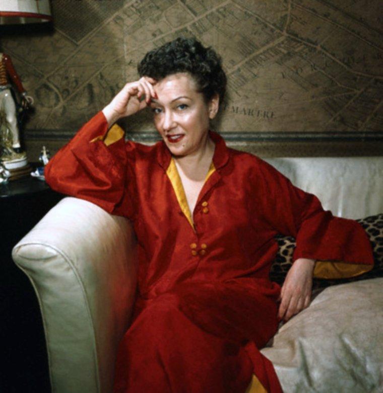 """Gloria SWANSON, de son vrai nom Gloria Josephine Mäe SVENSSON, est une actrice américaine, née le 27 mars 1899 à Chicago et morte le 4 avril 1983 à New York. Superstar du cinéma muet, sa carrière déclina à l'arrivée du parlant, mais elle renoua avec le succès dans """"Boulevard du crépuscule"""" (1950) qui met en scène une star déchue du cinéma muet."""