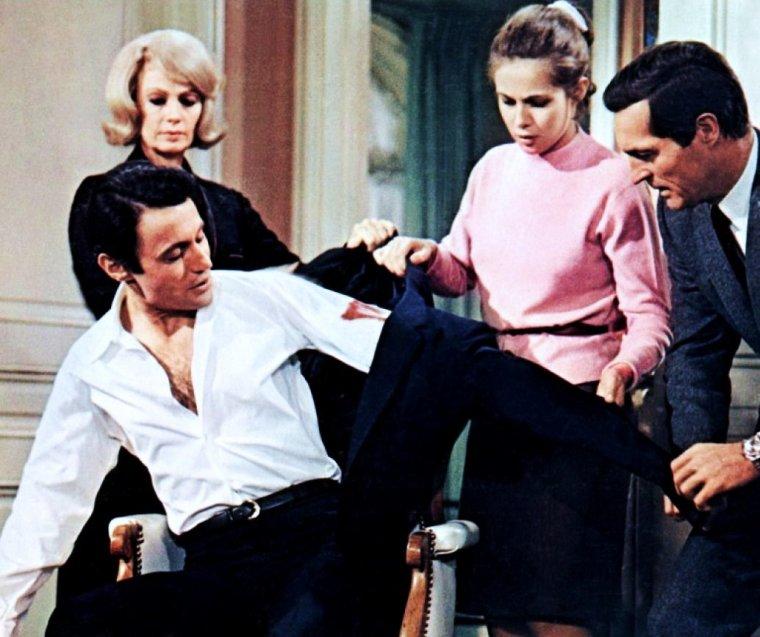 """1969 / FILM CULTE : """"L'étau"""" d'Alfred HITCHCOCK ou quand """"Le Maître du suspens"""" dirige quelques unes de nos STARS Françaises... / """"L'Étau"""" (titre original en anglais : Topaz) est un film américain réalisé par A HITCHCOCK, avec les acteurs Frederick STAFFORD, Dany ROBIN, Claude JADE, Michel SUBOR, Michel PICCOLI, Karin DOR et Philippe NOIRET, sorti sur les écrans en 1969. Le film est inspiré du roman de Leon URIS """"Topaz"""" et d'une histoire vraie, « The sapphire affair » (l'Affaire Saphir) de 1962. Le personnage d'André DEVERAUX (interprété par l'acteur autrichien Frederick STAFFORD célèbre pour son rôle d'OSS 117) est inspiré de l'espion français du SDECE Philippe THYRAUD De VOSJOLI, comme la figure de Jacques GRANVILLE a été inspirée par le vrai agent soviétique Georges PÂQUES, ancien directeur de l'Institut des hautes études de défense nationale,et Officier de l'OTAN à partir d'octobre 1962 / SYNOPSIS / Au Danemark, en 1962, les agents américains organisent l'évasion d'un haut fonctionnaire russe et de sa famille, en l'occurrence sa femme et sa fille. Ils veulent obtenir des renseignements sur les activités des Soviétiques à Cuba. Ils vont apprendre que l'URSS a l'intention d'y livrer des missiles. André DEVERAUX se rend sur les lieux après avoir cherché à avoir des renseignements à New-York, opération qui a mal tourné…"""