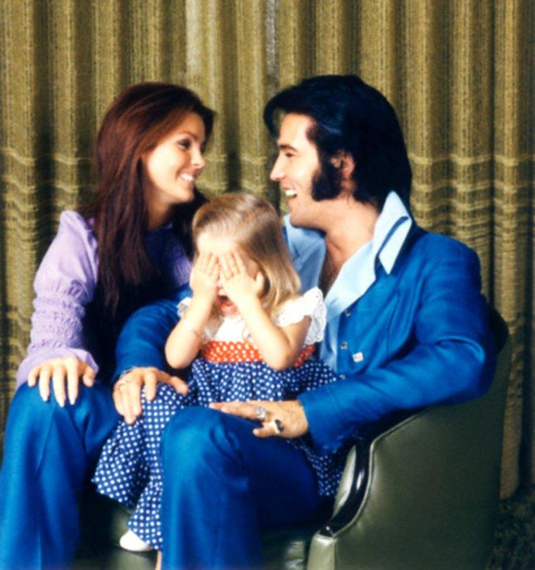 1er Décembre 1969 / Priscilla PRESLEY pose aux côtés de son mari Elvis et leur fille Lisa-Marie sous l'objectif de Frank CARROLL à Beverly-Hills.