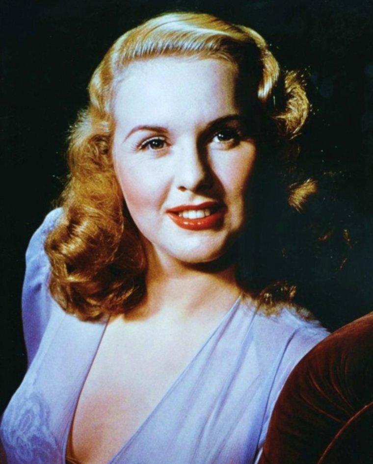 QUIZZ / Qui est cette STAR ici en blonde alors qu'on la connaît en brune ? / INDICE / À quinze ans (en 1936), elle est repérée alors qu'elle passe une audition pour incarner la voix de Blanche Neige dans les Studios DISNEY. Elle sera refusée pour cet enregistrement mais aura un rôle dans une comédie musicale (Every Sunday) de la MGM, aux côtés de Judy GARLAND, elle-même débutante. La légende raconte que Louis B. MAYER, visionnant le film ait ordonné de « renvoyer la grosse ». (La STAR mystère) sera donc remerciée tandis que Judy GARLAND signera un contrat avec la MGM (d'aucuns disent que Louis B. MAYER visait en réalité Judy GARLAND quand il parlait de « la grosse »)...