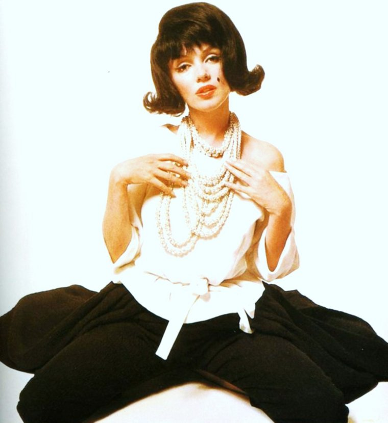RIVALITE / 1962 / C'est sous l'objectif de Bert STERN que Marilyn, dotée d'une perruque brune, pastiche Jackie KENNEDY (dernière photo), sa rivale du moment... (rappelons que la STAR eut une brève liaision avec John F KENNEDY, Président des Etats-Unis cette année là et marié à Jackie)... On connaît la suite !