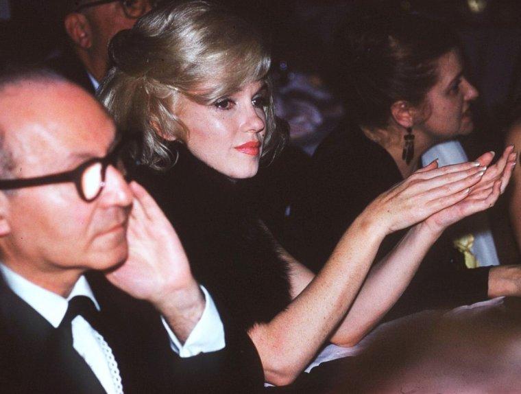 "Et toujours la rubrique ""MONDANITES"" avec de nouvelles photos dites ""candids""... (de haut en bas) Ann MARGRET and Eddie FISHER (1963) / Marilyn MONROE, Lee STRASBERG and his wife Paula (1961) / Debbie REYNOLDS (1962) / Olivia De HAVILLAND and her husband Marcus GOODRICH / Sophia LOREN / Tippi HEDREN, Marlon BRANDO and Princess Alexandra (1967) / Véronique PASSANI and her husband Gregory PECK (1962) / Myrna LOY"