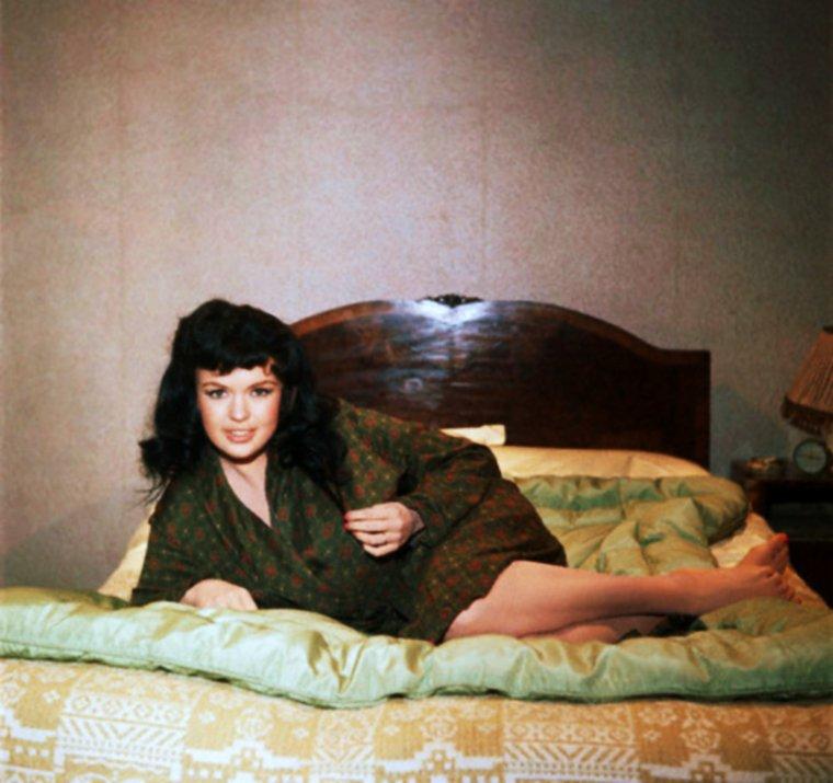 """QUIZZ / (facile) Trop tôt disparue tragiquement en 1967, surnommée """"le buste"""", elle reste avec Marilyn l'une des plus plantureuses blonde platine... Sa fille Mariska est l'héroïne d'une célèbre série télé... La reconnaissez vous ici en brune ?"""
