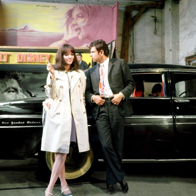 """1966 / So kitsch ! FILM CULTE de GODARD : """"Made in U.S.A."""" avec Anna KARINA, Marianne FAITHFULL, Jean Pierre LEAUD ou encore Laszlo SZABO / SYNOPSIS / Paula NELSON recherche son fiancé, Richard POLITZER, journaliste. Elle le retrouve mort, de mort violente. Paula va rencontrer d'étranges personnages, elle a l'impression de « naviguer dans un film de Walt DISNEY, mais joué par Humphrey BOGART, donc dans un film politique. » L'impérialisme américain, le Vietnam, le Tiers-monde, Mehdi Ben BARKA... GODARD et les années 60."""